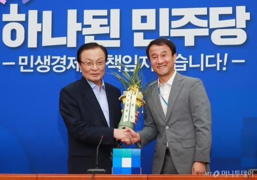 [사진]대통령 축하난 받는 이해찬 민주당 신임 대표