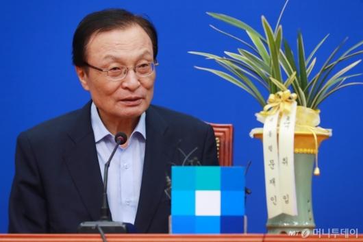 [사진]대통령 축하난 받은 이해찬 민주당 신임 대표