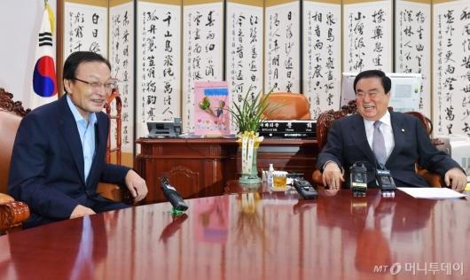[사진]환담하는 이해찬 민주당대표-문희상 국회의장