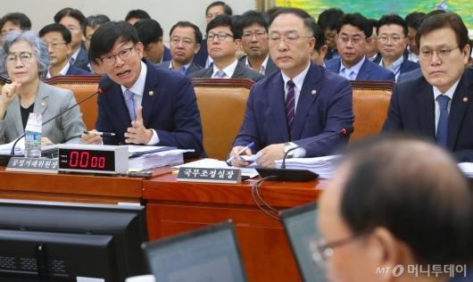 [사진]정무위 전체회의 출석한 김상조 공정위원장