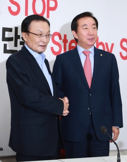[사진]악수하는 이해찬 신임대표-김성태 원내대표