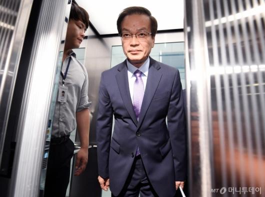[사진]인사 전하는 허익범 특검