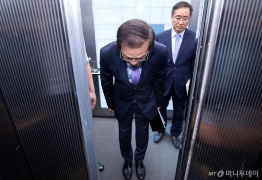 [사진]허리 숙여 인사하는 허익범 특검