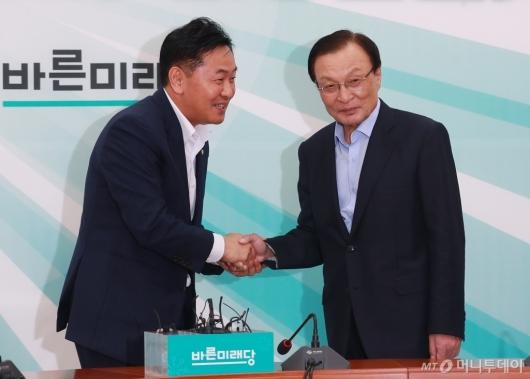 [사진]악수하는 이해찬-김관영