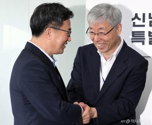[사진]악수 나누는 김동연-김현철