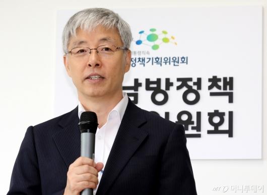 [사진]인사말하는 김현철 위원장