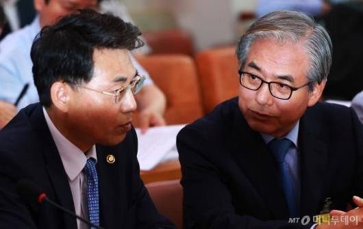[사진]대화하는 김효준 BMW코리아 회장-김정렬 국토부 차관