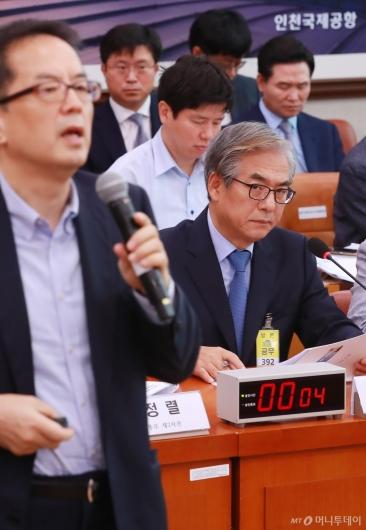 [사진]피해자측 변호사 쳐다보는 김효준 BMW코리아 회장