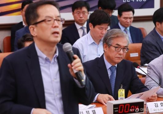 [사진]피해자측 변호사 진술듣는 김효준 BMW코리아 회장