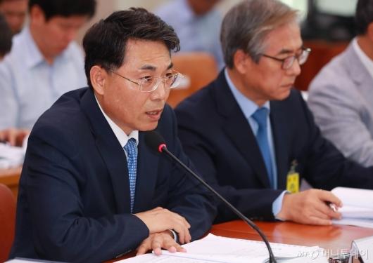 [사진]답변하는 김정렬 국토부 차관