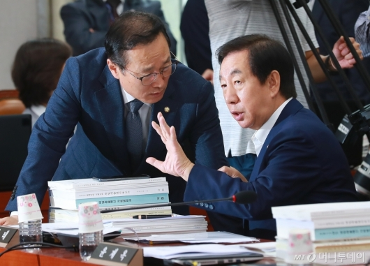 [사진]긴밀한 대화하는 홍영표-김성태