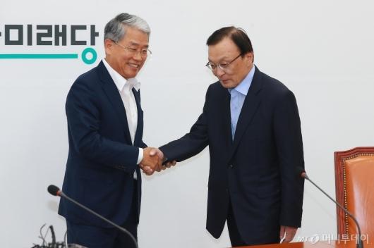 [사진]악수하는 이해찬-김동철