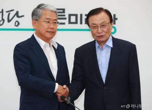[사진]손 잡은 이해찬-김동철