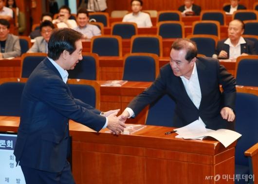 [사진]악수하는 김병준 비대위원장-김성태 원내대표