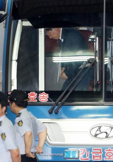 [사진]호송차에서 내리는 신동빈 회장