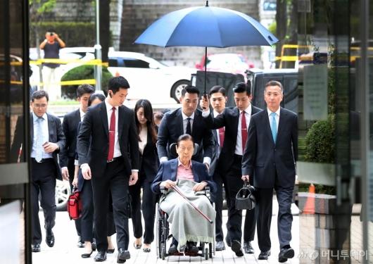 [사진]항소심 결심공판 출석하는 신격호 명예회장