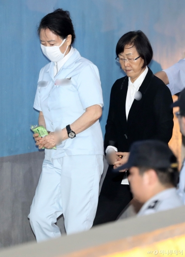 [사진]항소심 공판 출석하는 신영자-신연희