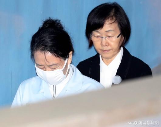 [사진]법원 출석하는 신영자-신연희