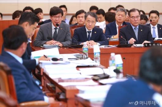 [사진]답변하는 김상조 공정위원장