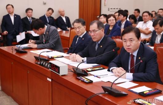[사진]법사위 출석한 김영춘 해수부 장관