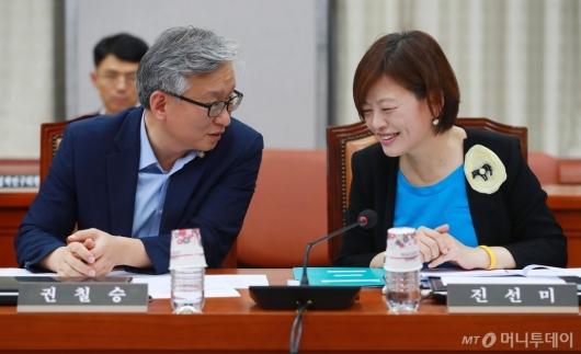 [사진]여성가족부 장관 지명 축하받는 진선미 의원