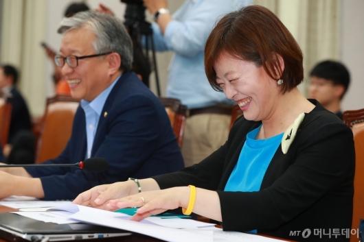 [사진]'여가부 장관 지명' 활짝 웃는 진선미 의원