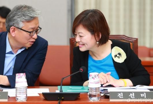[사진]장관 지명 축하인사 받는 진선미 의원