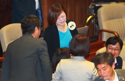 [사진]축하받는 진선미 여가부 장관 내정자