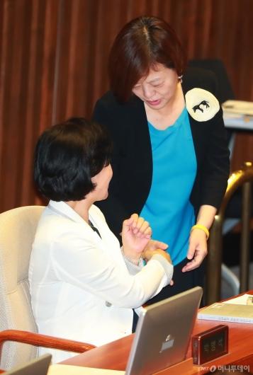 [사진]추미애 축하받는 진선미 장관 내정자