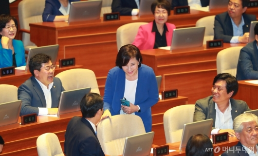 [사진]장관 지명 축하받는 유은혜