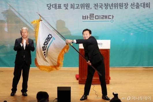 [사진]당기 흔드는 손학규 신임 당대표