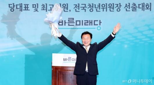 [사진]인사하는 손학규 신임 당대표