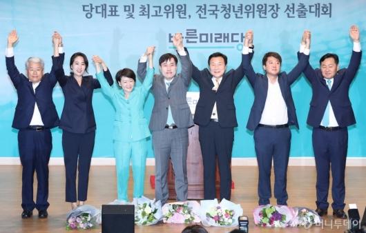 [사진]손 흔드는 바른미래당 새 지도부