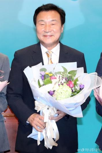 [사진]꽃다발 든 손학규 신임 당대표