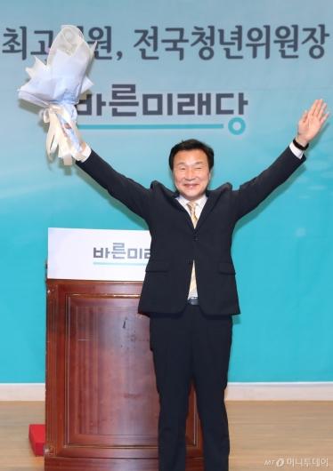 [사진]손 흔드는 손학규 신임 당대표