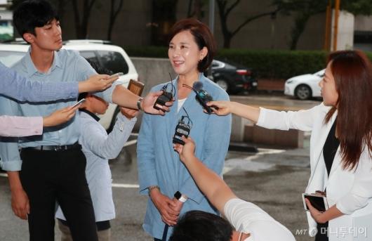 [사진]취재진 만난 유은혜 사회부총리 후보자