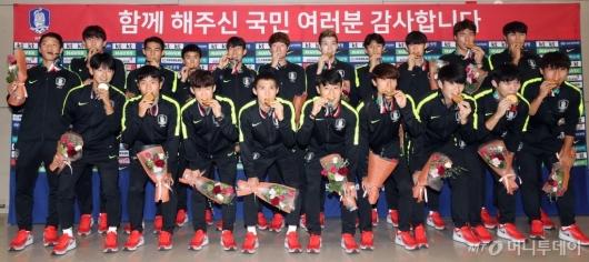 [사진]금메달 안고 귀국한 아시안게임 축구 대표팀