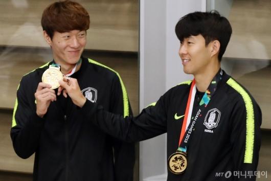 [사진]손흥민-황의조, '영광의 금메달입니다'