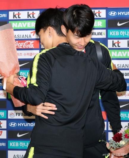 [사진]포옹하는 손흥민-이승우