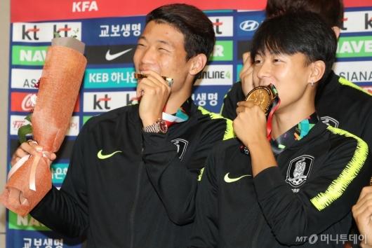 [사진]황희찬-이승우, 자랑스런 금메달