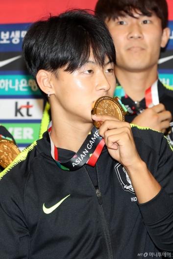 [사진]이승우, 금메달와 입맞춤