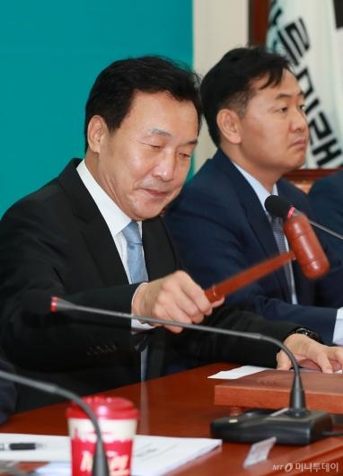 [사진]의사봉 두드리는 손학규 바른미래당 신임 대표