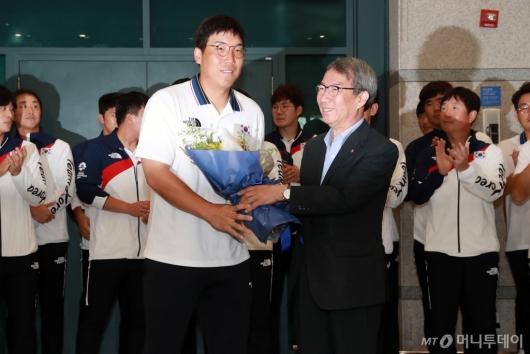 [사진]김현수 '금메달과 함께 돌아온 주장'