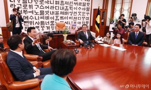 [사진]국회의장 예방한 바른미래당 신임 지도부