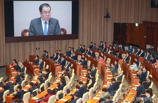 [사진]문희상 의장 개회사 듣는 야당 의원들