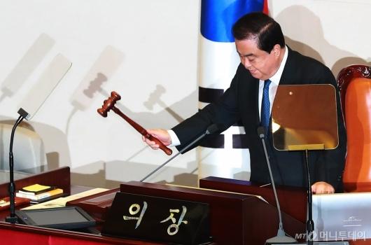 [사진]의사봉 두드리는 문희상 국회의장