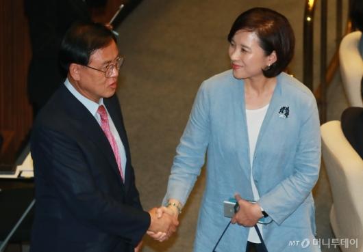 [사진]국회 본회의 참석한 유은혜 교육부장관 후보자