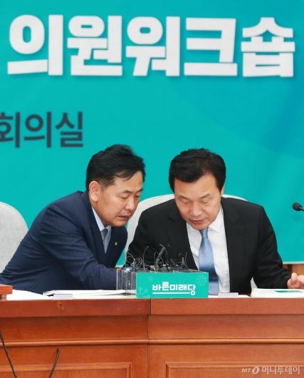 [사진]의원워크숍 준비하는 손학규-김관영