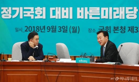 [사진]워크숍 준비하는 손학규-채이배