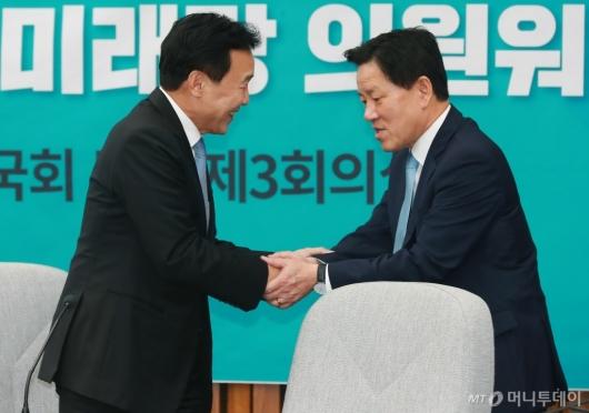 [사진]악수하는 손학규-주승용